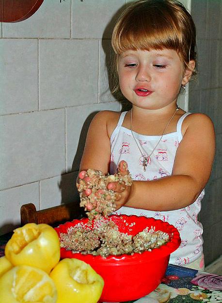 Дочурка помогает готовить ужин маме). Дела житейские