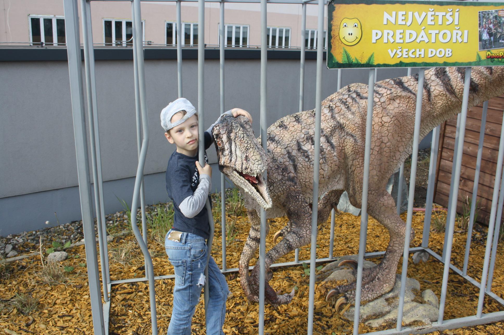 бесстрашный мальчуган в клетке с монстром . Любимые динозавры