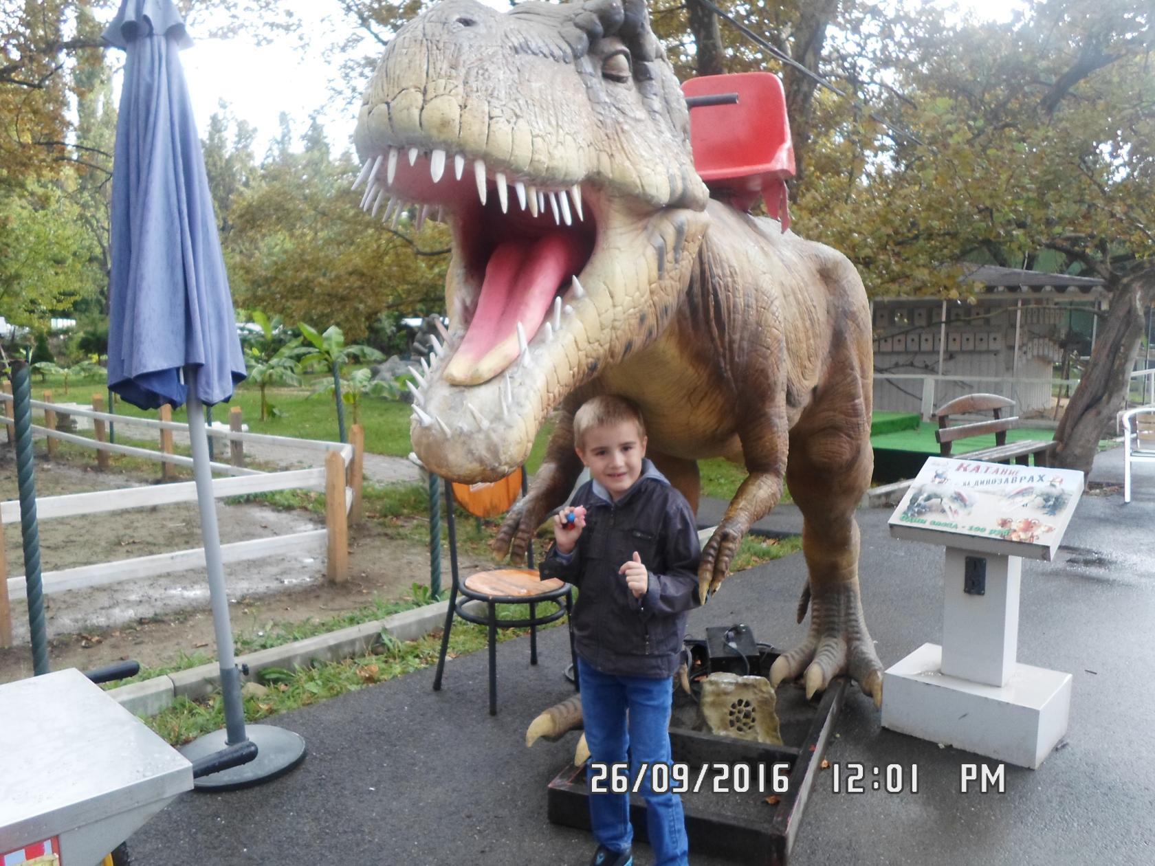 любимый брат в дино парке.жаль что можно одно фото. Любимые динозавры