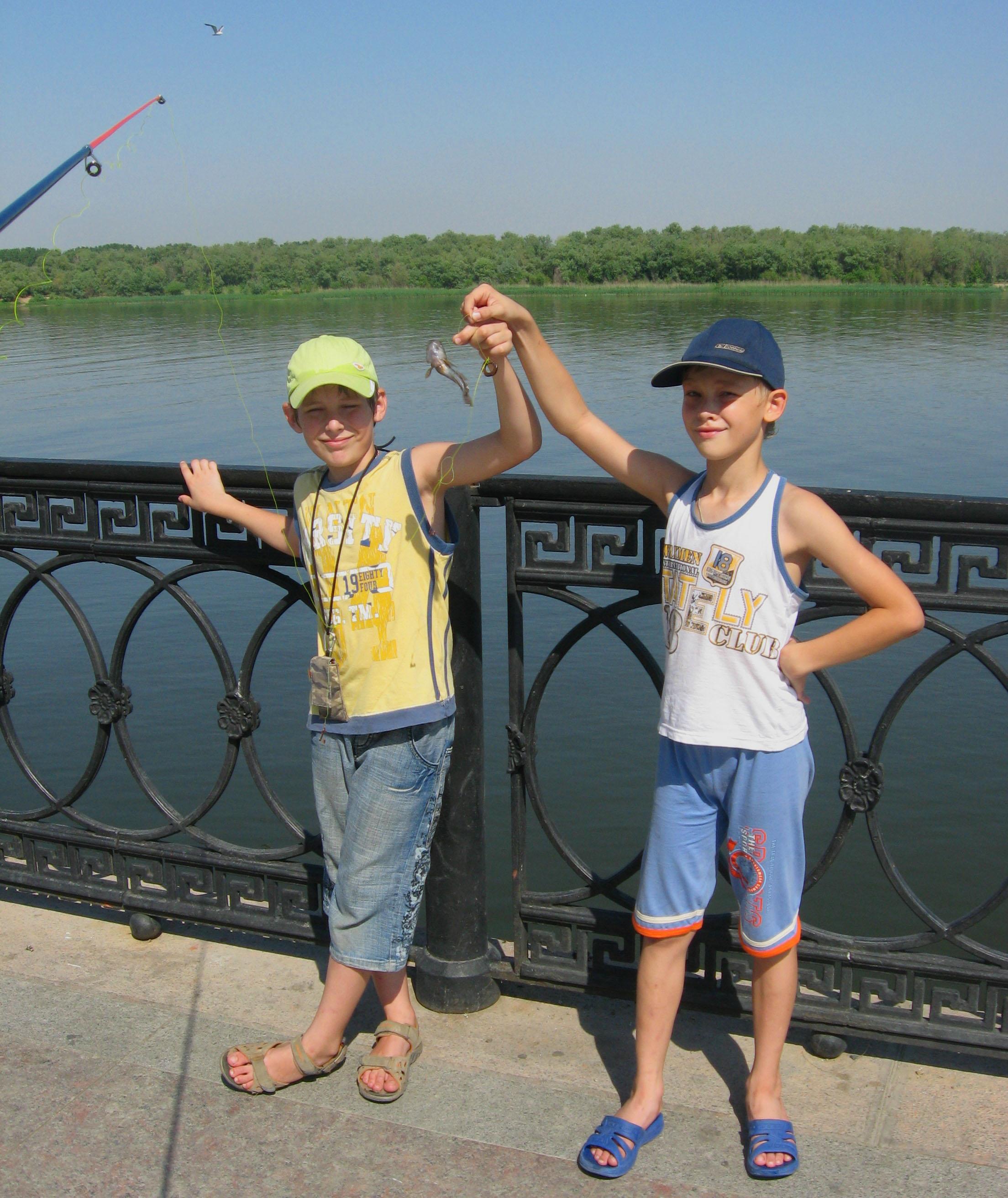 Мальчишки на рыбалке. Летнее настроение