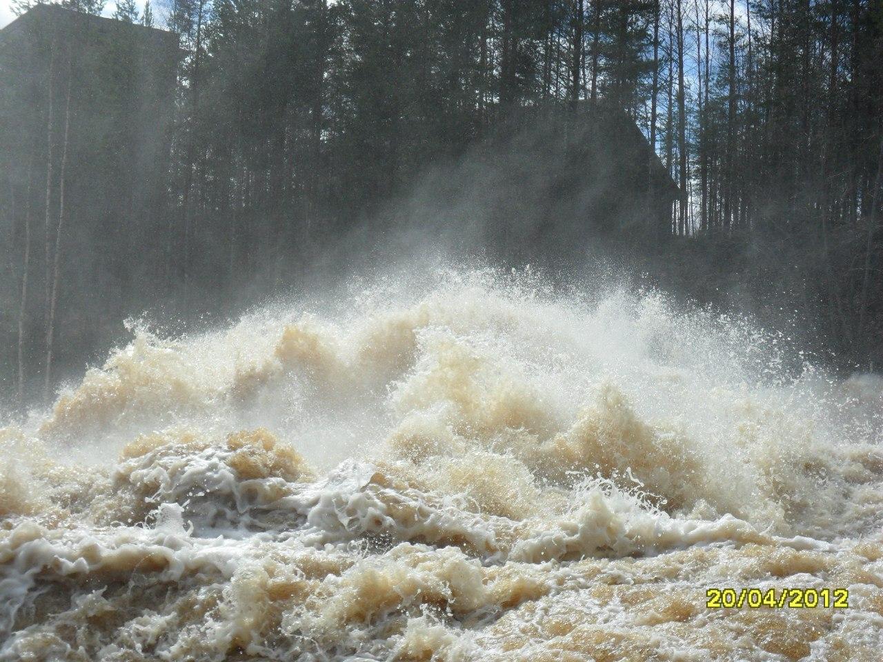 супер водопад- Карельская ГЭС спускает воду. Блиц: брызги