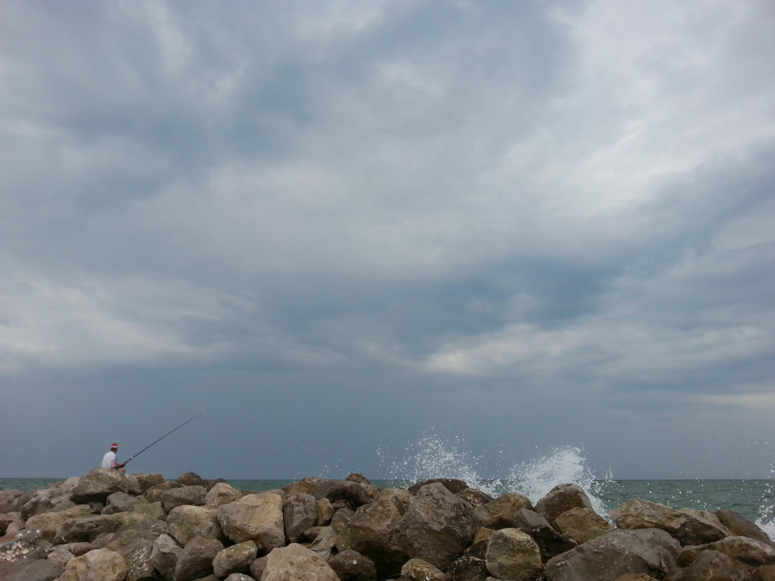 Рыбалка в морском прибое. Блиц: брызги