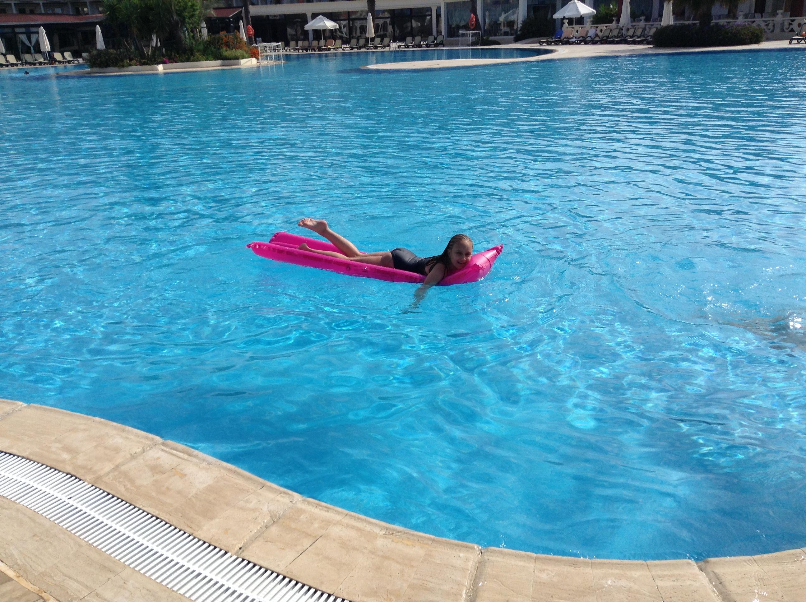 вот оно лето,начинается с бассейна и отдыха . Привет из отпуска!