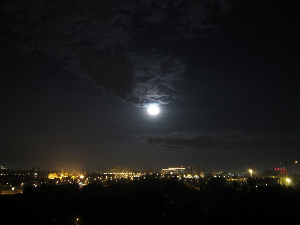 'Посреди небесных тел...'. Блиц: луна