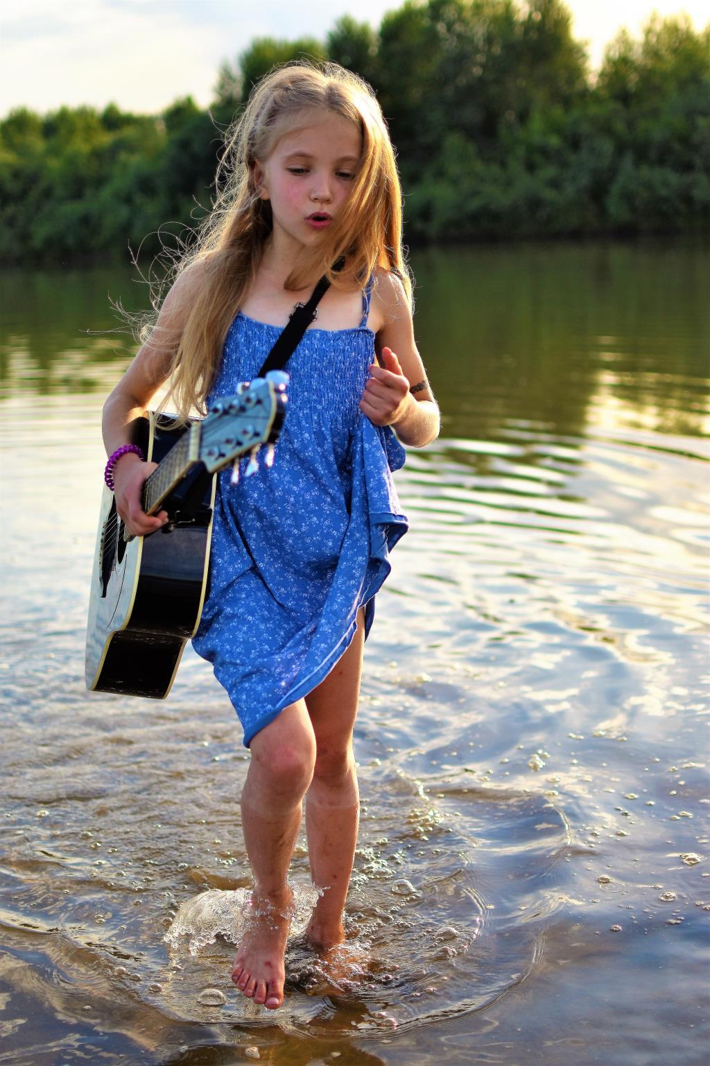 Юная гитаристка на отдыхе. Привет из отпуска!