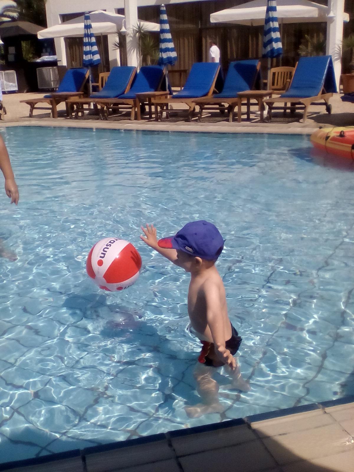 В бассейне с любимым мячиком!Максим счастлив!. Читаем и играем