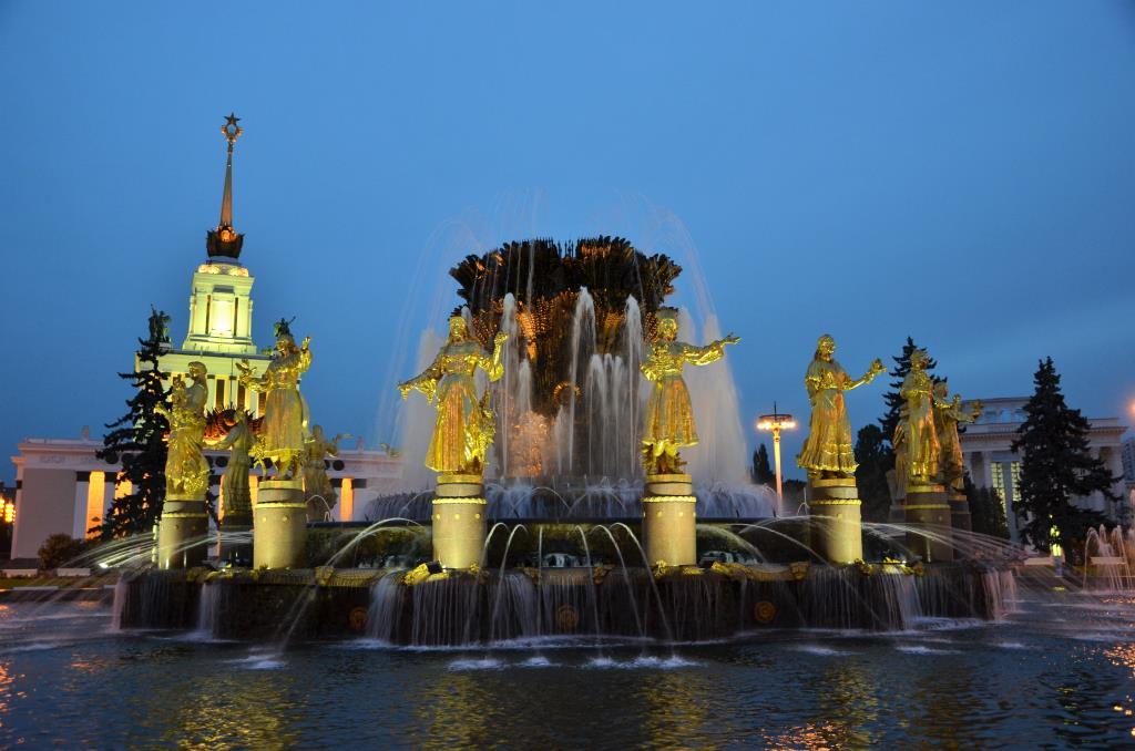 Вечер фонтан 'Дружба народов'. Блиц: брызги