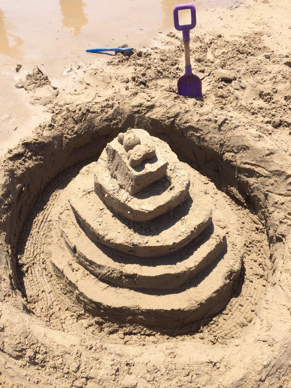 Наши первые поделки из песка . Блиц: фигуры из песка