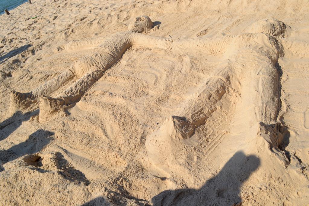 А мы такие загораем....... Блиц: фигуры из песка