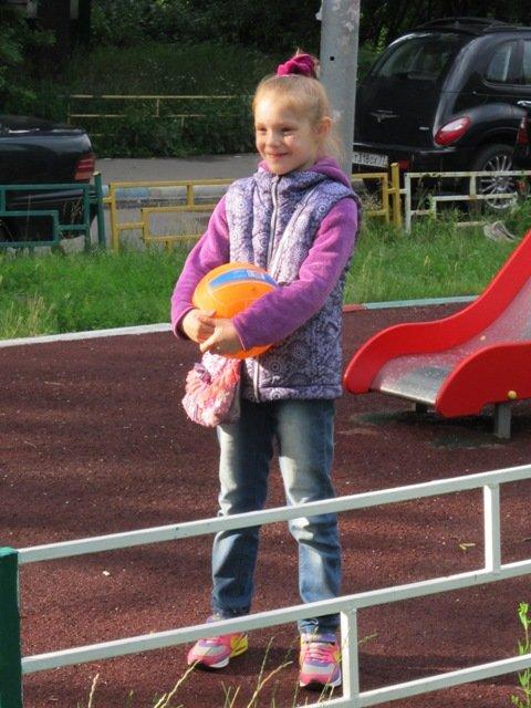 Девочка с мячом. Читаем и играем