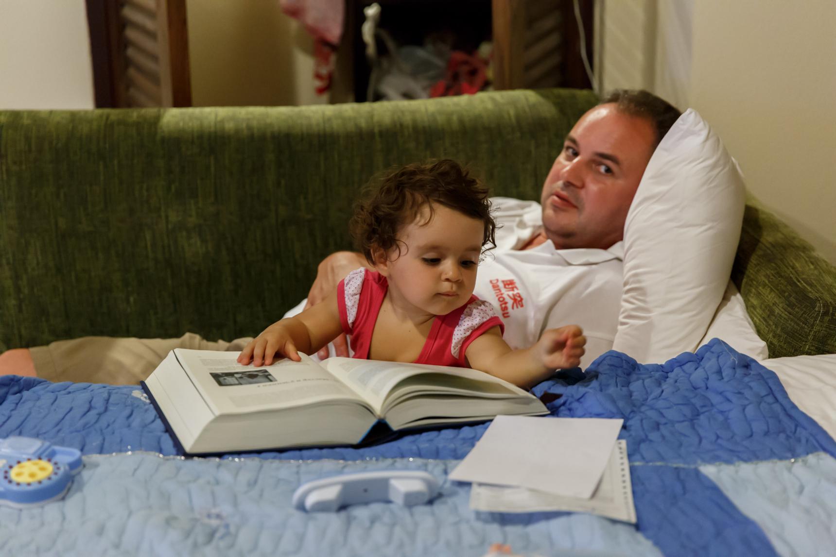 Папа, ты засыпай! а то скоро книжка закончится!. Читаем и играем