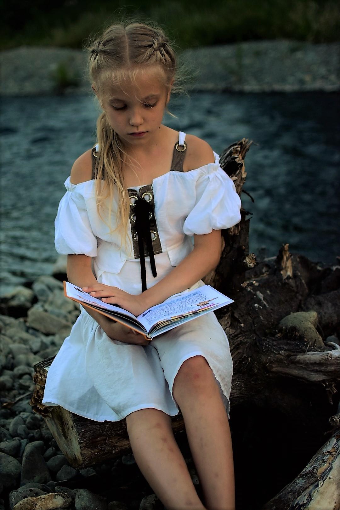 С книжкой в теплый летний вечерок. Читаем и играем