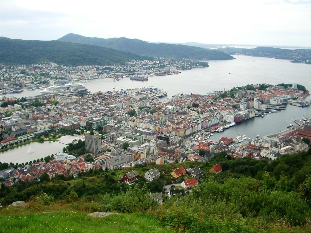 В вершины видно весь город Берген. Блиц: с высоты