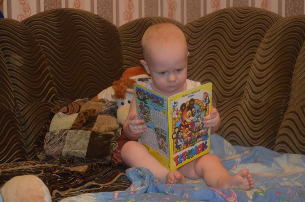 После баньки решил Матвей почитать (1 год 4 мес). Читаем и играем