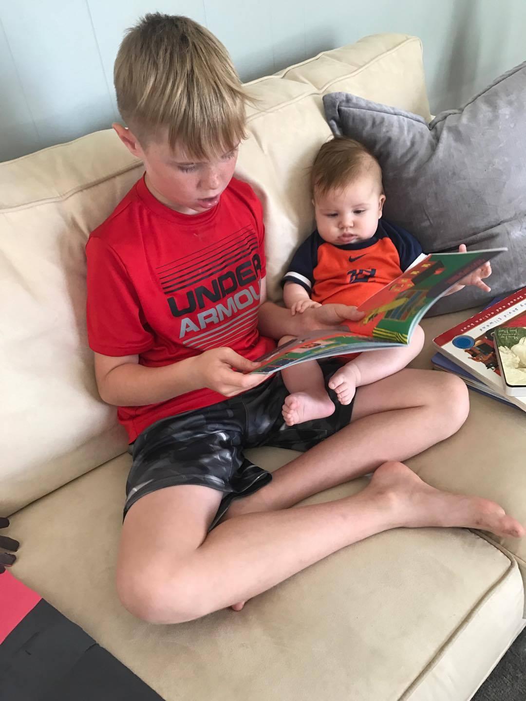 Любим книжки мы читать -любим с братом мы мечтать. Читаем и играем