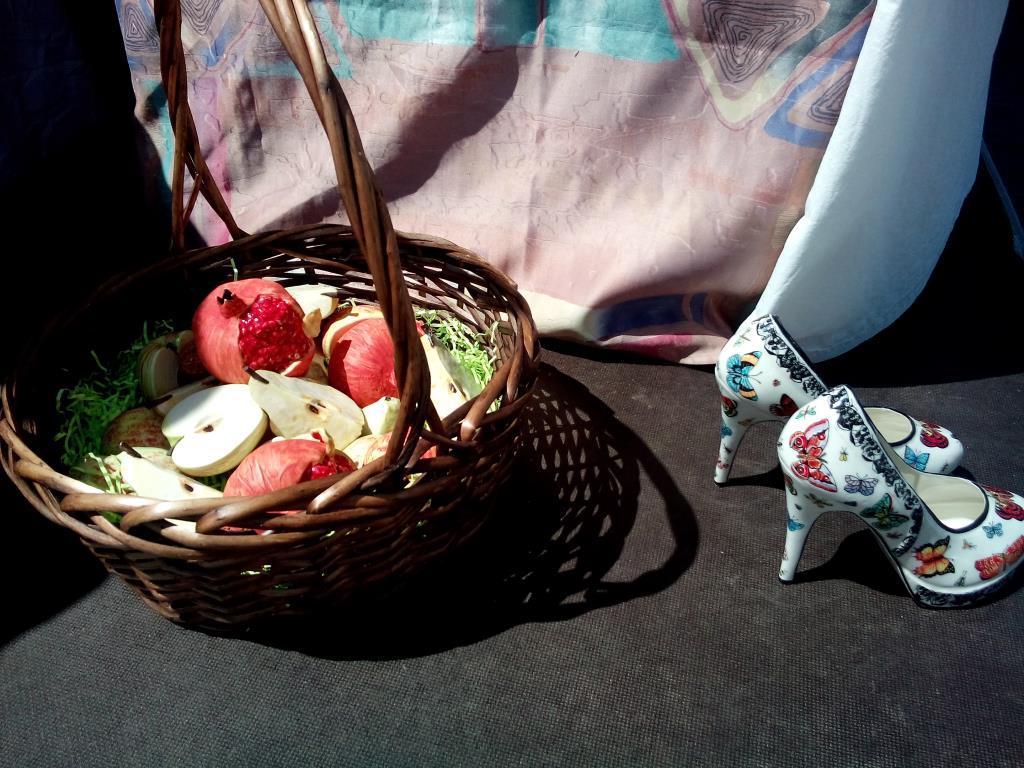 Туфли и фрукты. Фарфор.. Блиц: натюрморт