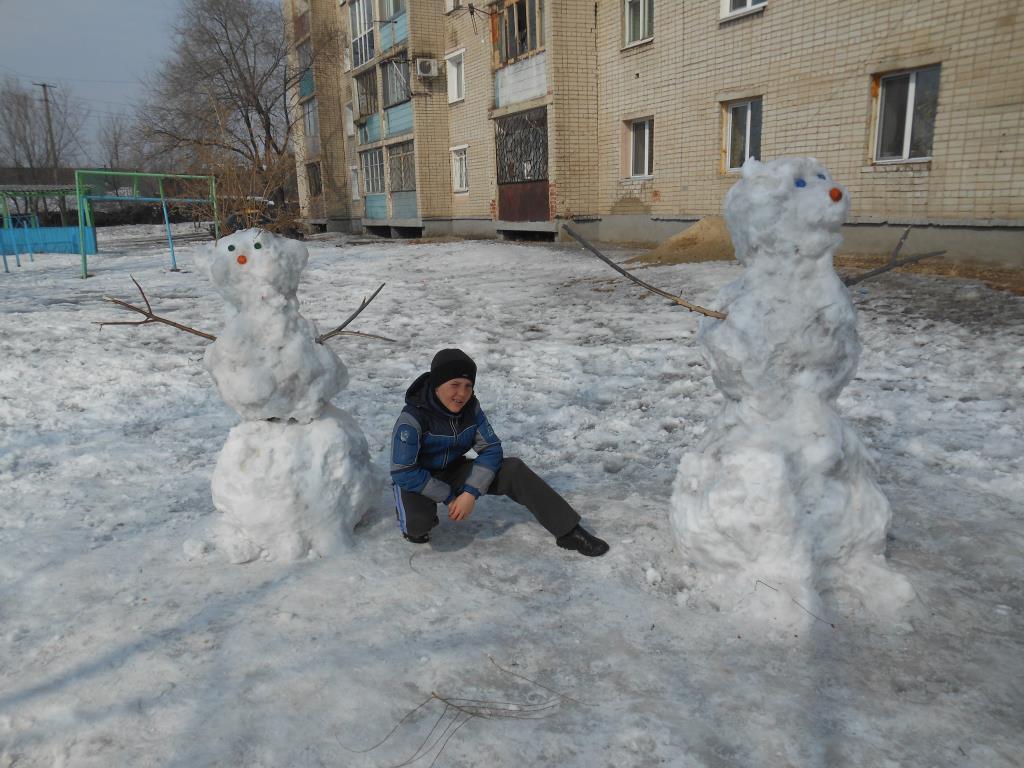 Мы снежную бабу слепили на славу.  . Зимние забавы