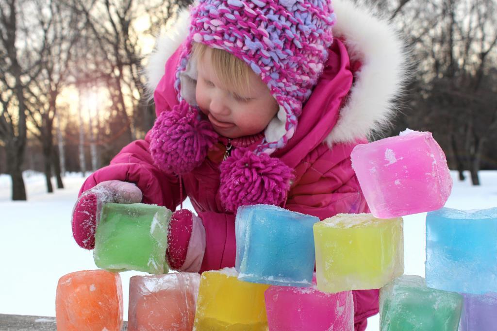 Юный строитель ледяного городка. Зимние забавы