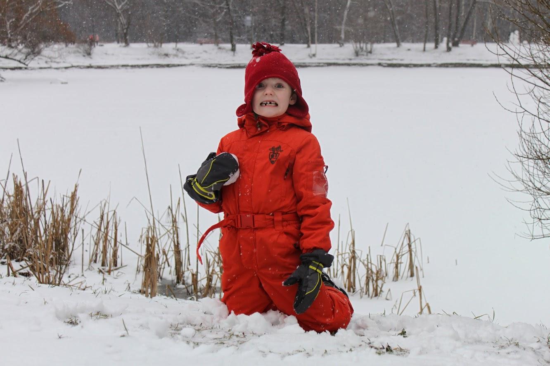 Беззубый герой снежной битвы. Зимние забавы