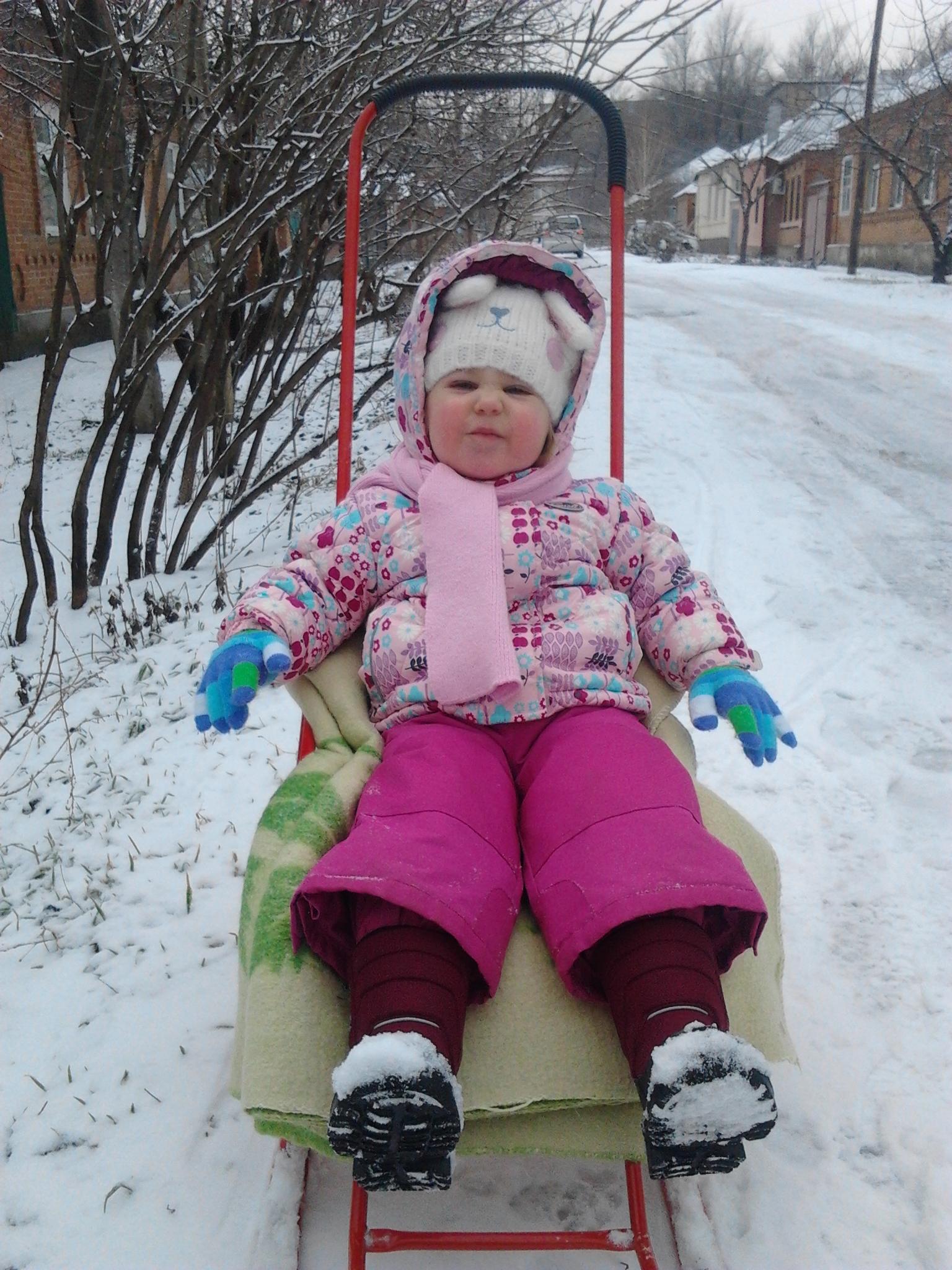 На морозе весело гонять на саночках!. Зимние забавы