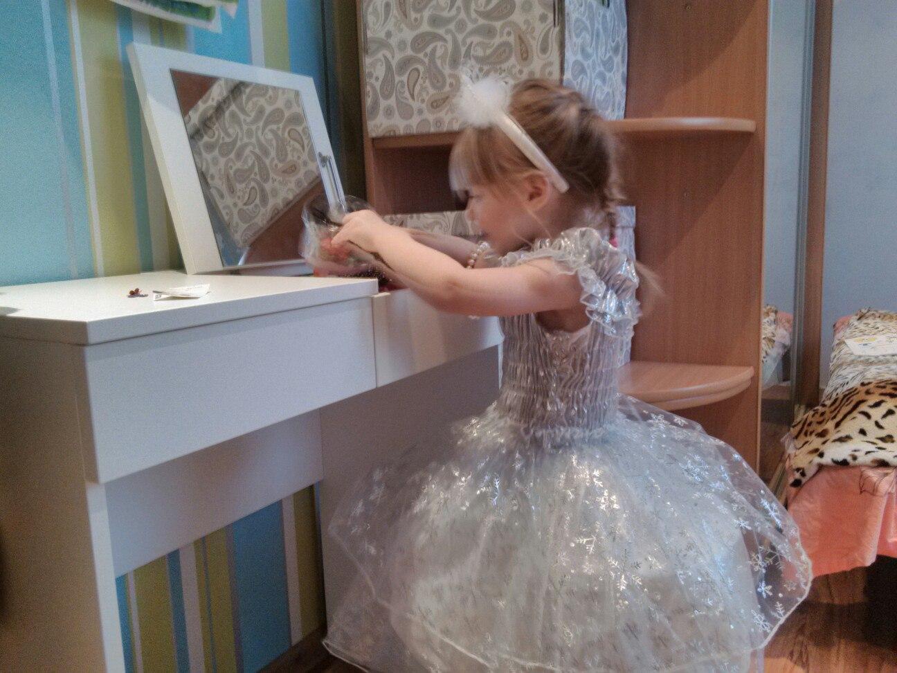 Полина собирается на первый праздник в садике .. Принцесса собирается на бал