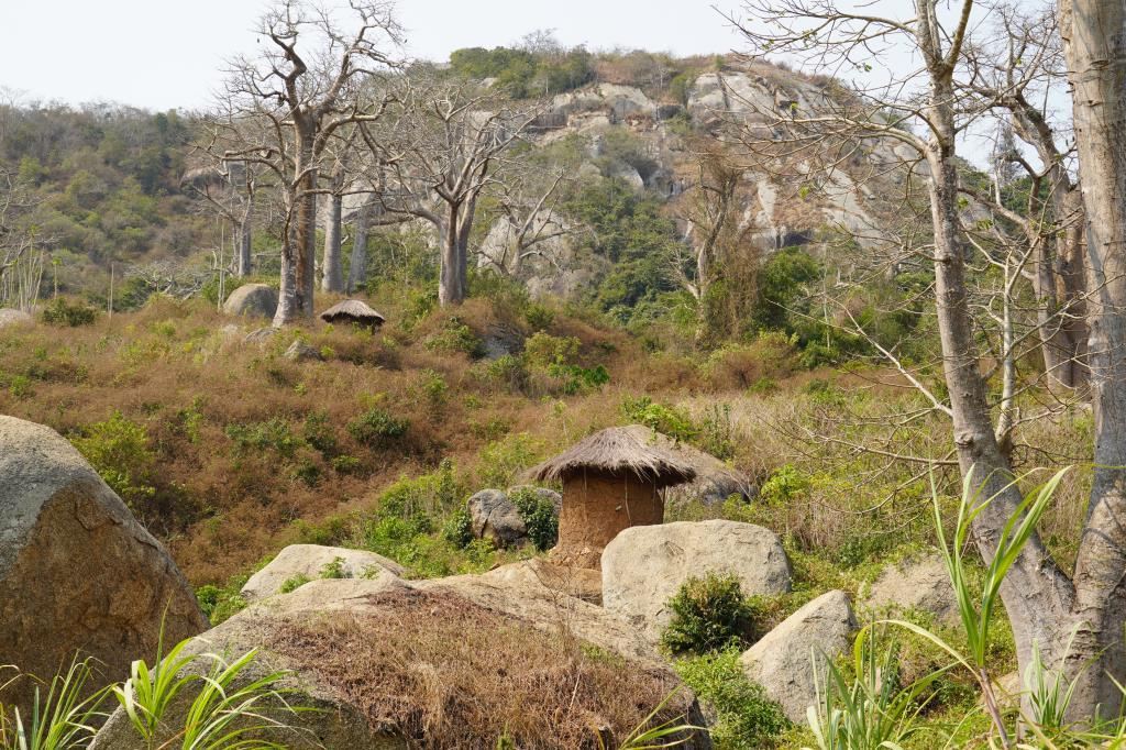 Ангольская деревушка в горах.. Блиц: деревня