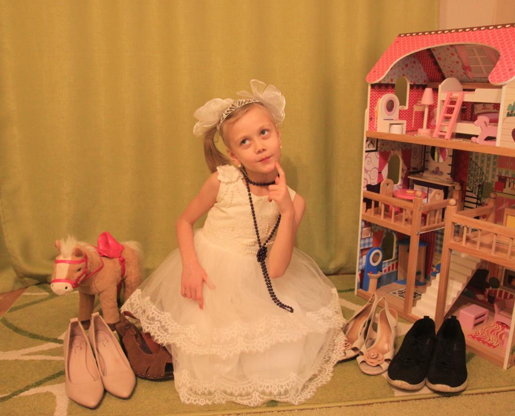 В каких же туфельках мне поехать на бал? . Принцесса собирается на бал