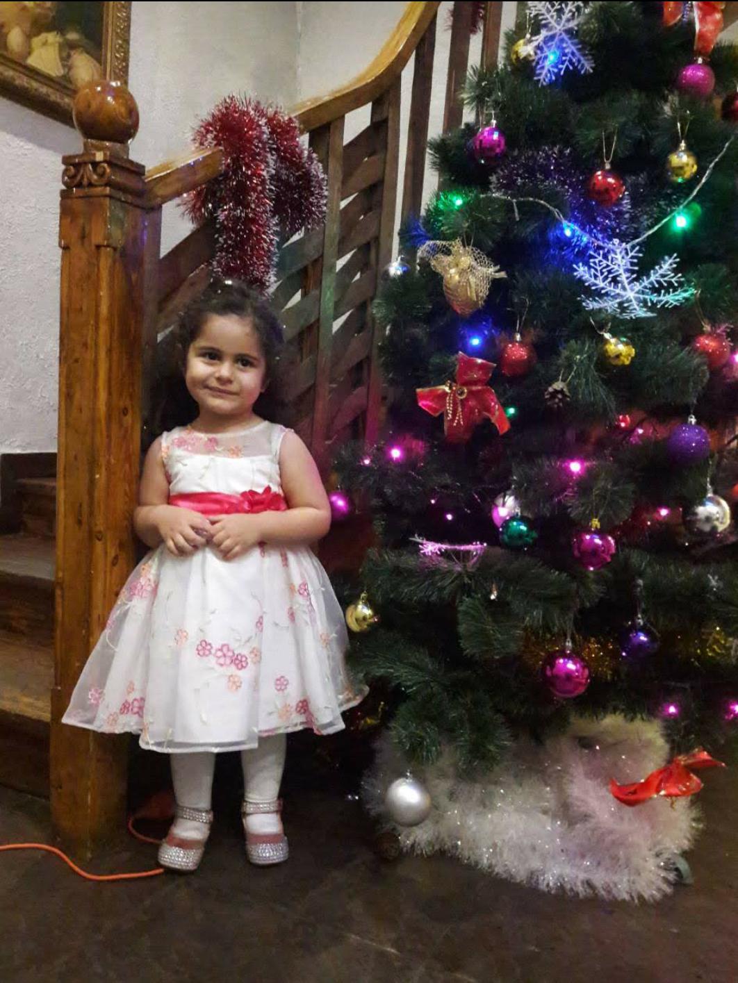 Рузи 4 годика... будущая актриса))). Принцесса собирается на бал