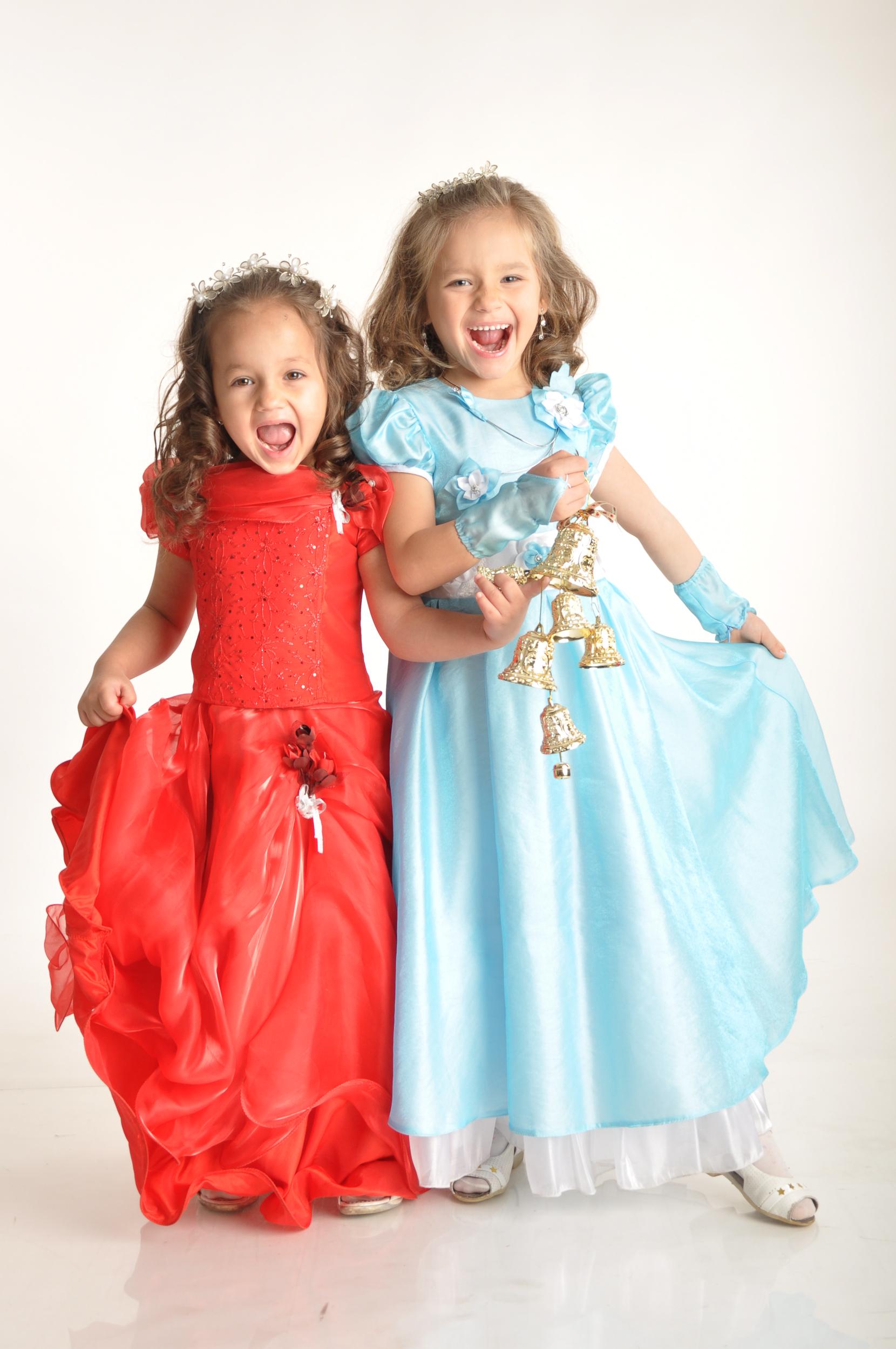 две принцессы. Принцесса собирается на бал