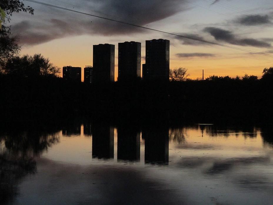 Закат над прудом в октябре. Блиц: тени