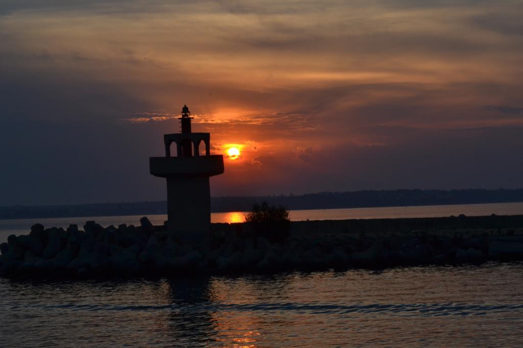 Закат собой окрасил море и даже тень от маяка. Блиц: тени