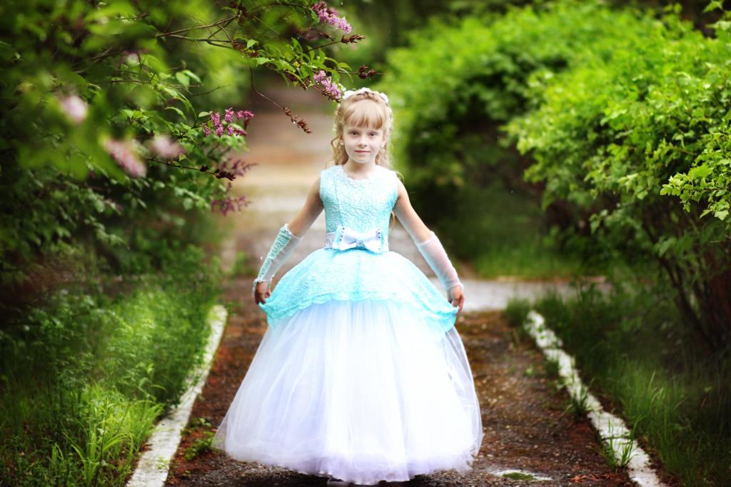 На выпускной бал в детском саду. Принцесса собирается на бал