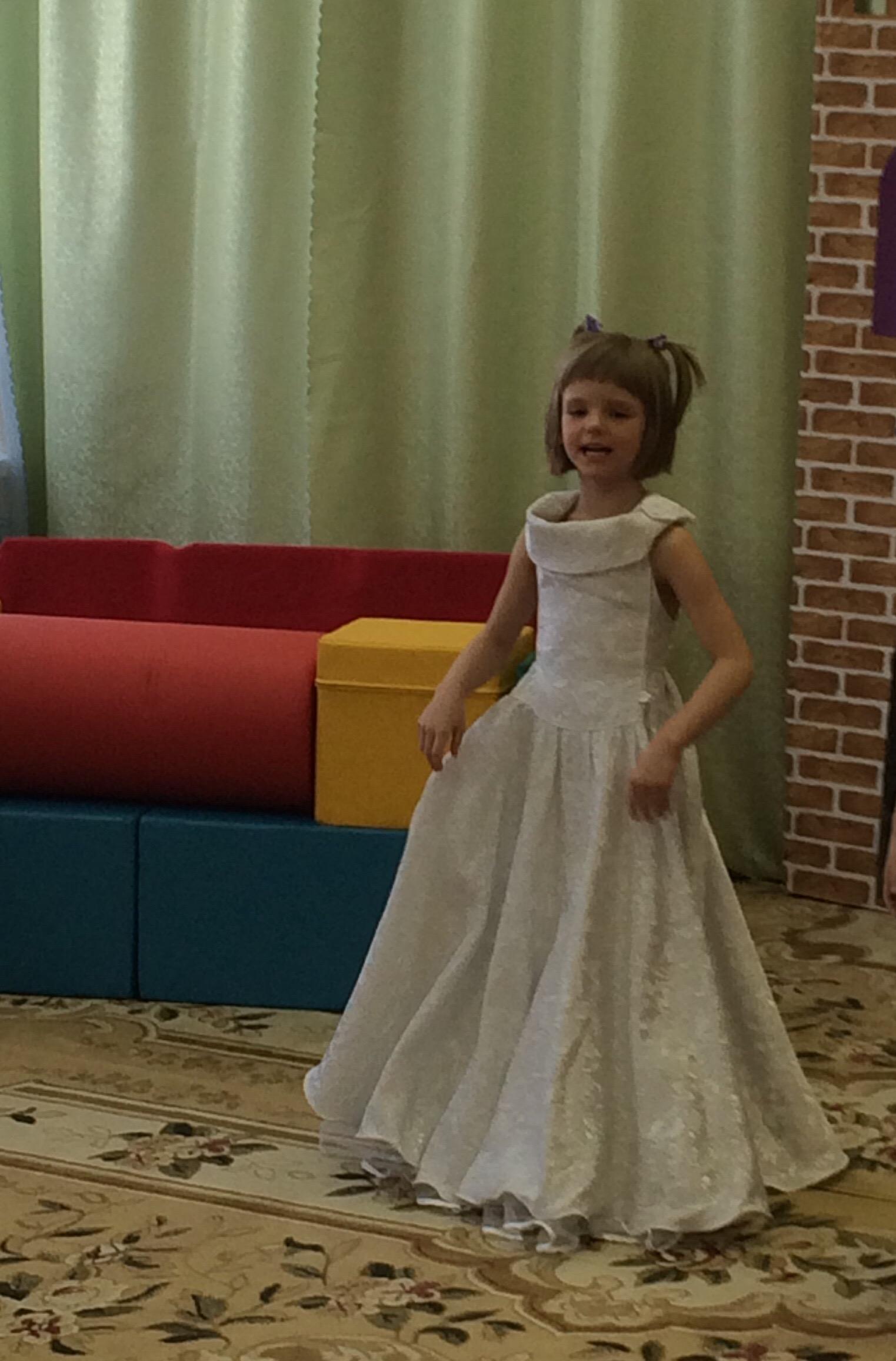 Вероника в роли принцессы на спектакле в садике. Принцесса собирается на бал