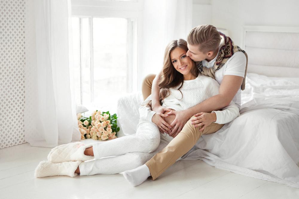 Фотосессия беременной с мужем в студии. Беременность