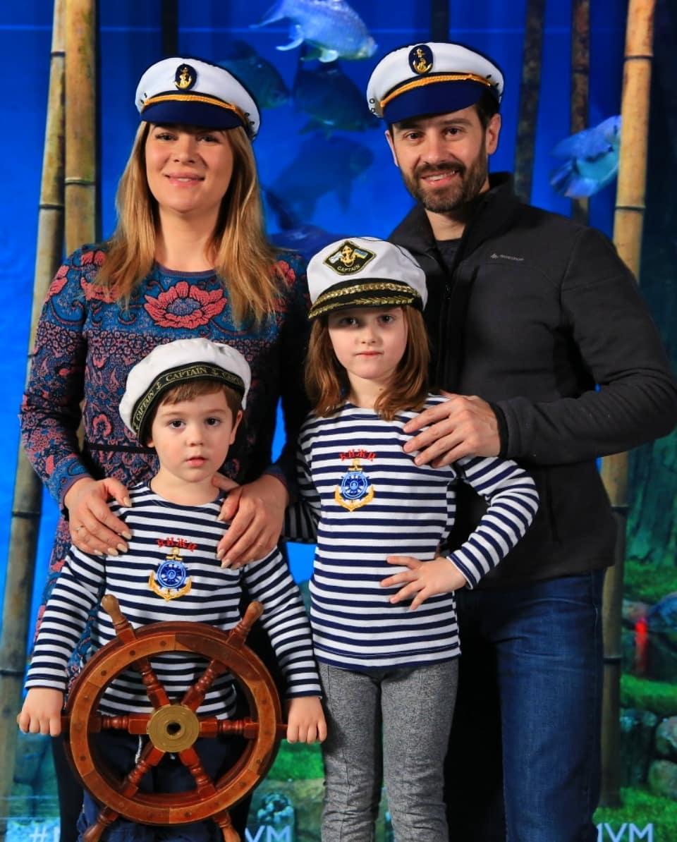 Антон Макарский с женой и детьми
