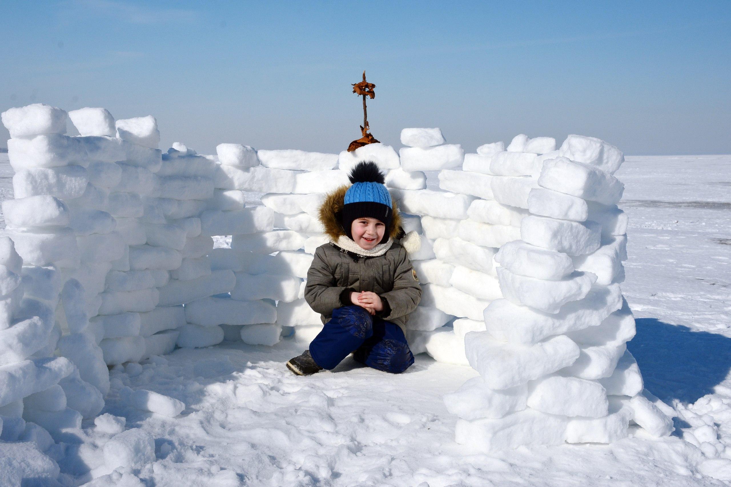 Снежная крепость на заливе. Веселая зима