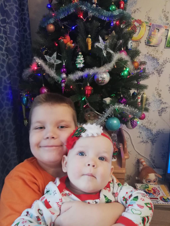 Детки уже ждут под елочкой подарков. Новогодний праздник