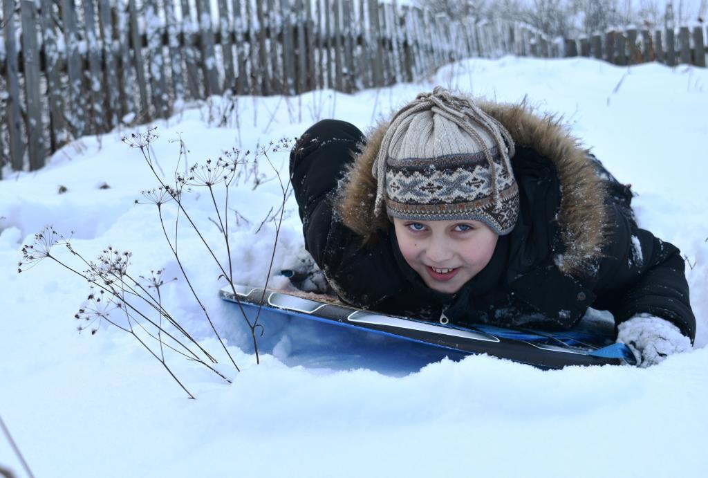 Белорусский партизан в засаде:)). Веселая зима