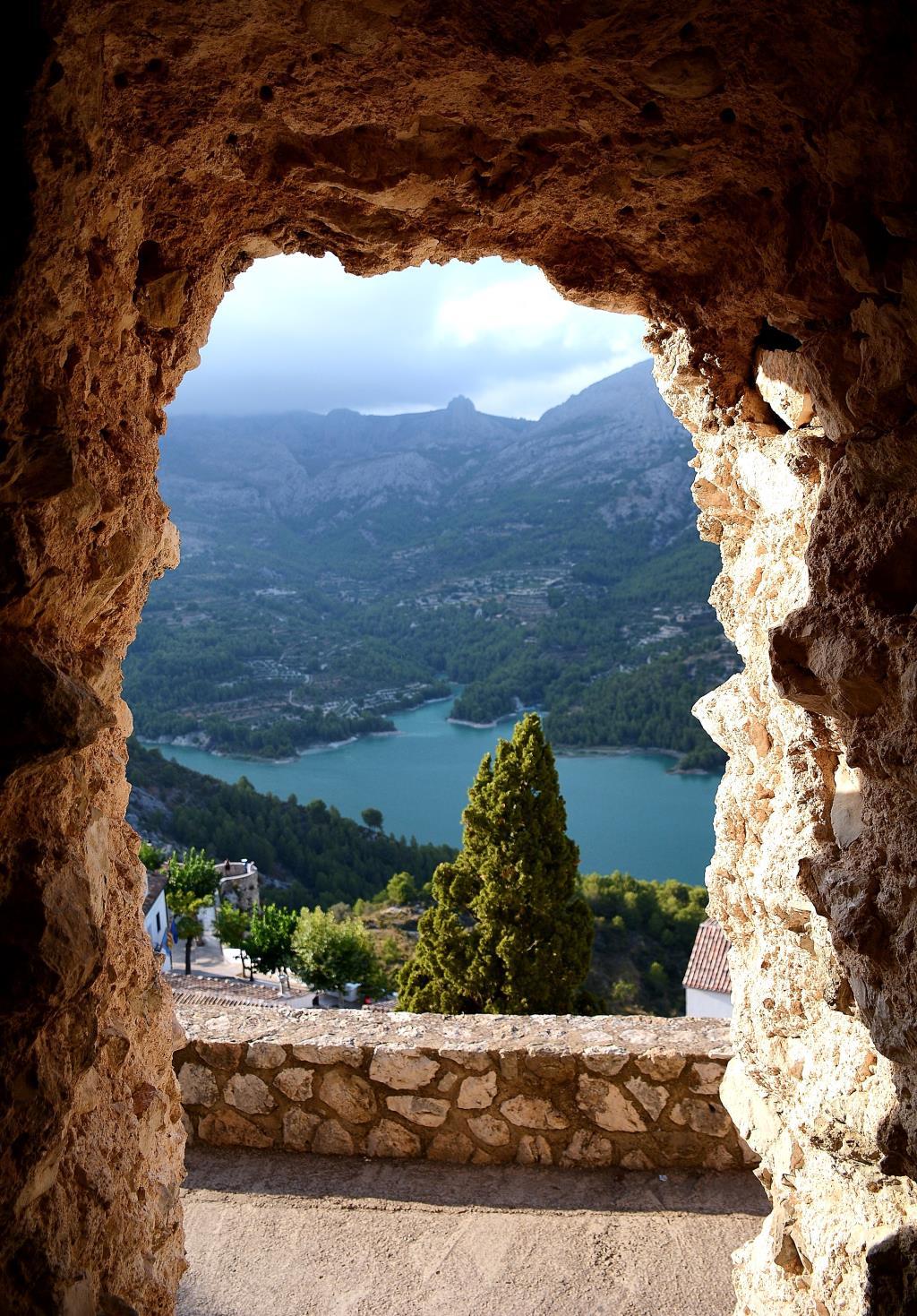 Гуаделест, арка, ведущая из деревушки на смотровую. Блиц: арки и ворота
