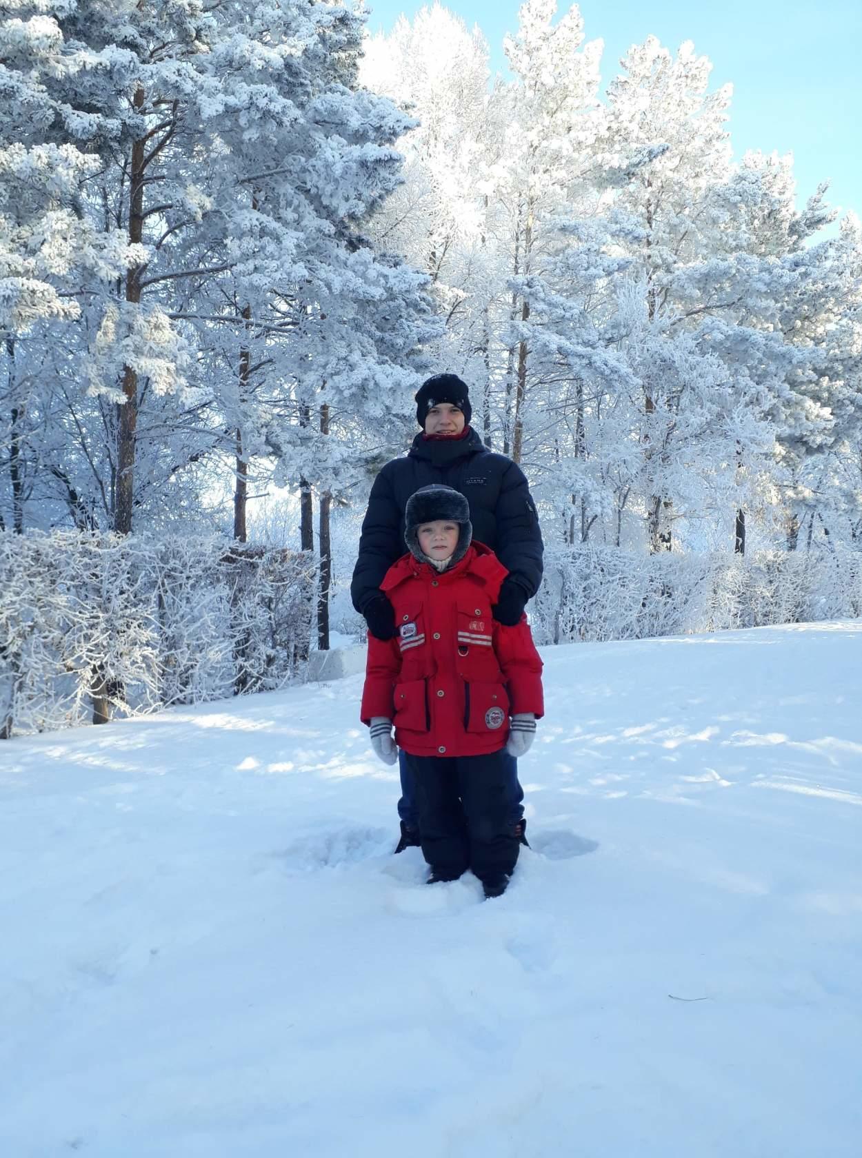 Братья на прогулке в парке. Зимний образ