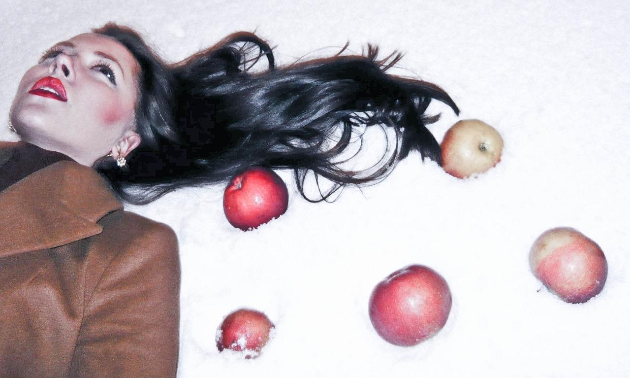 Яблоки на снегу. Зимний образ