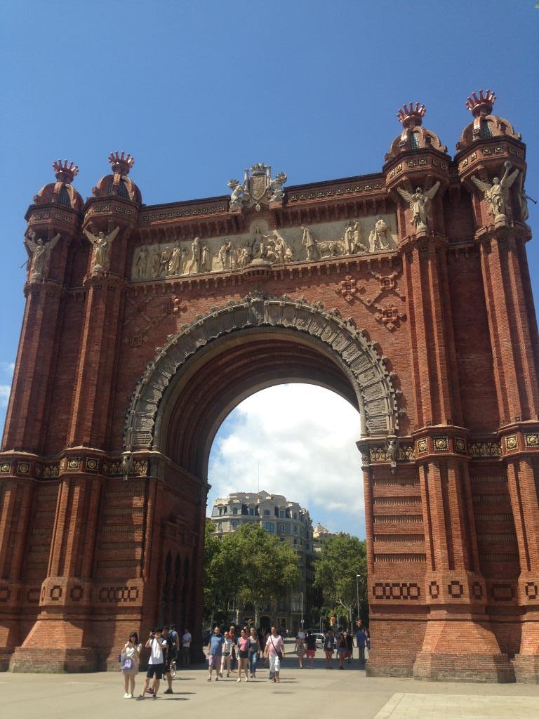 Триумфальная арка в Барселоне . Блиц: арки и ворота