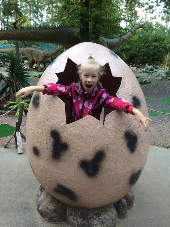 Играем в динозавров: 'Я родился, мама!'. Время играть!