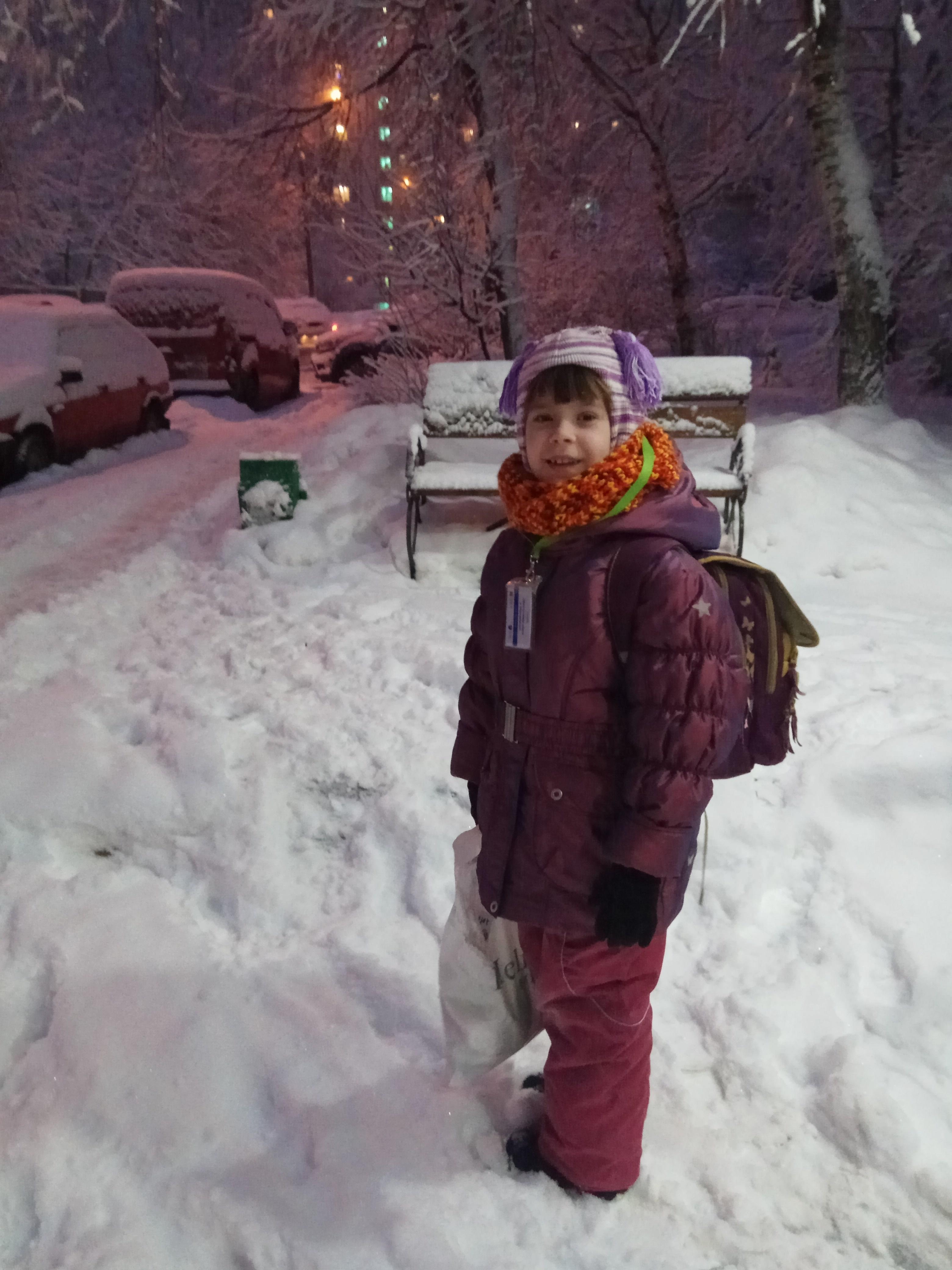 детская радость - после супер-снегопада в Москве. Зимний образ