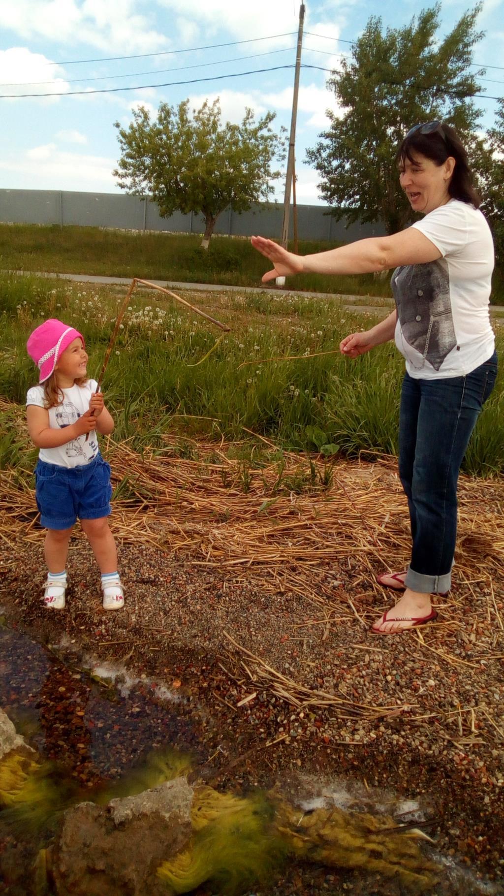 Внучка учит бабулю рыбачить) . Делай жизнь ярче вместе с DryDry