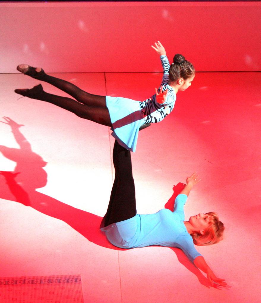 Акробатический этюд мамы и дочки. Делай жизнь ярче вместе с DryDry