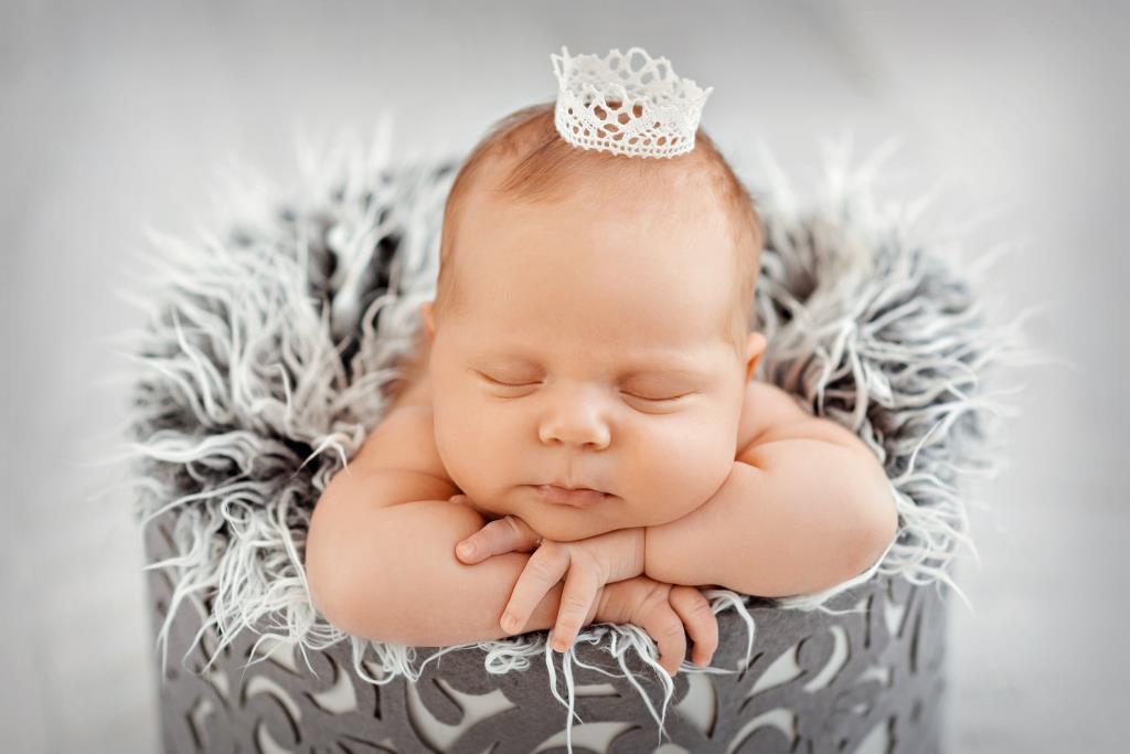 Принцессы  даже спят в коронах. Спокойной ночи! Кто спит слаще всего?