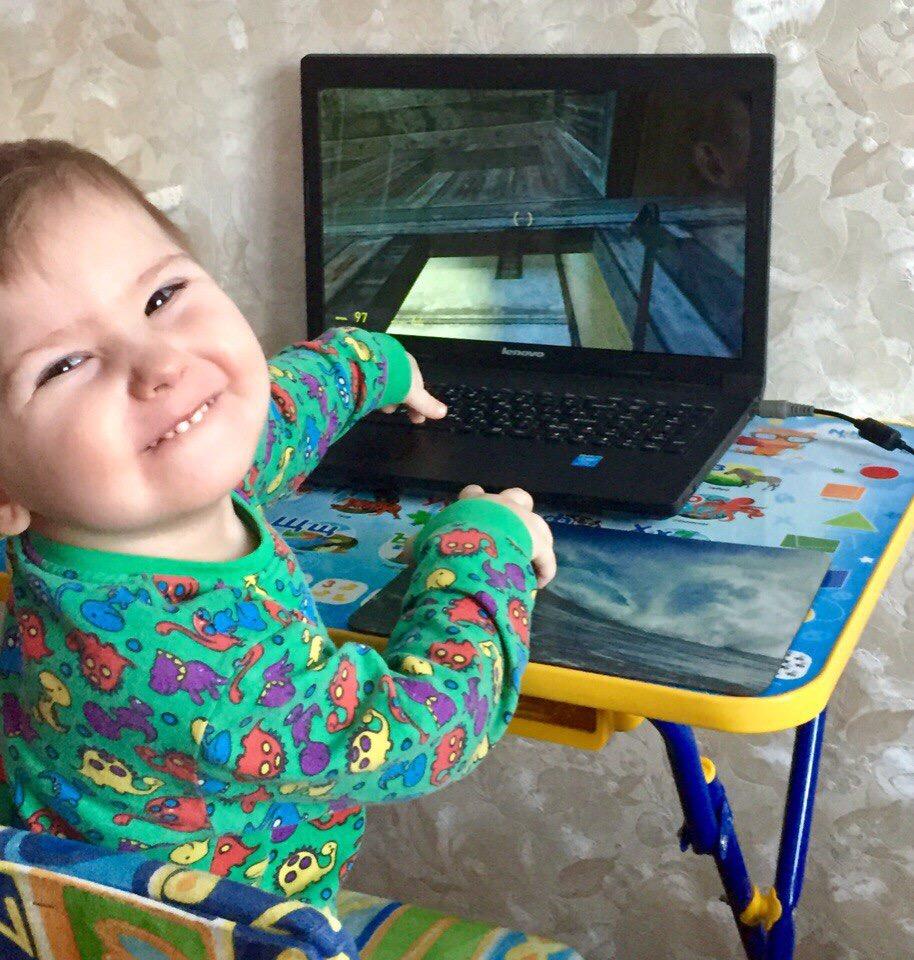 Наша любимая игрушка-это «Играть в ноутбук». Веселая игра