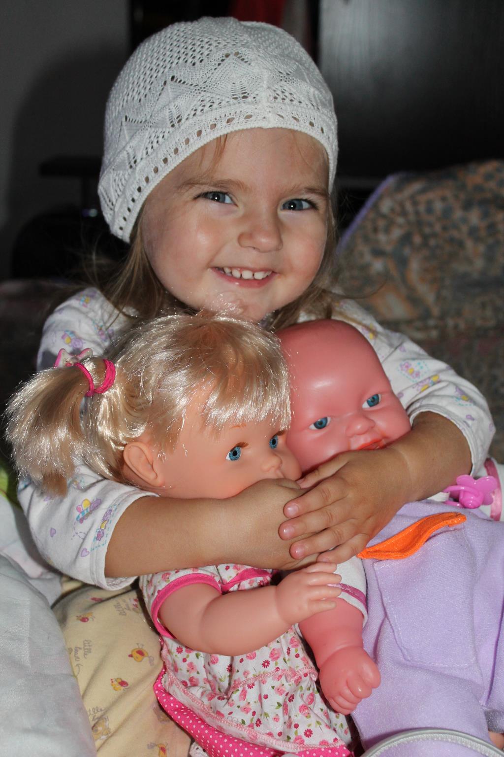 Варя со своими любимыми куклами Катей и Никитой. Веселая игра
