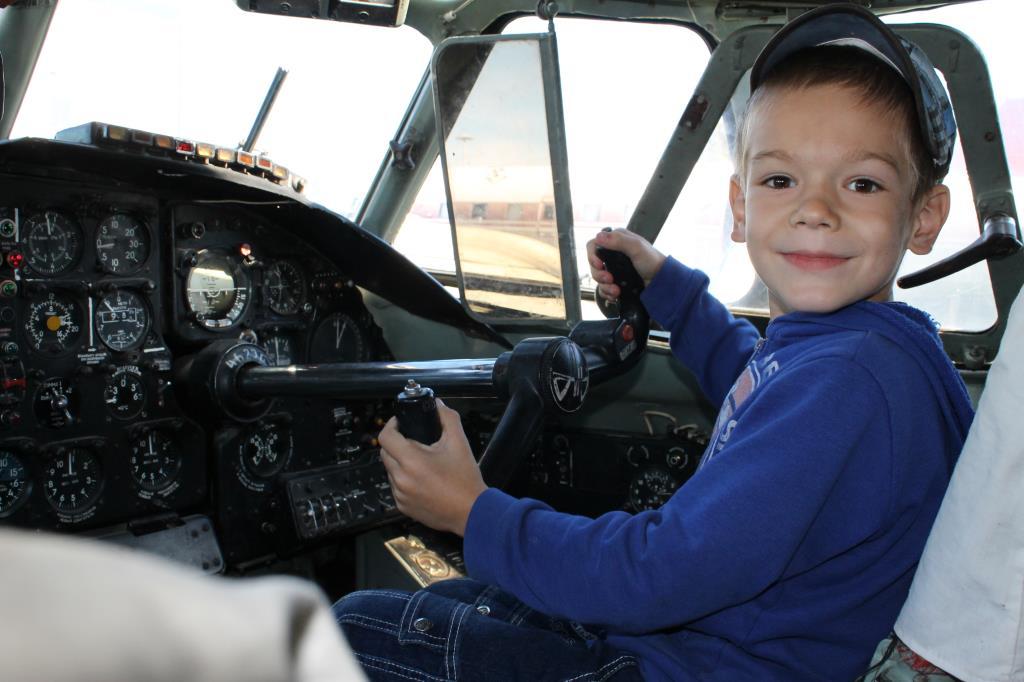 Мечтаю стать летчиком.
